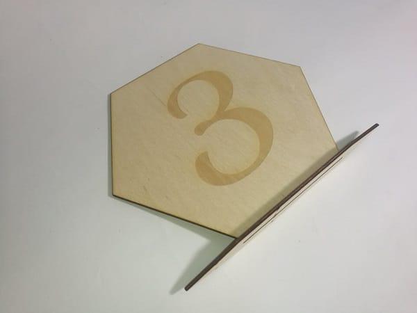 drewniany numerek na stół