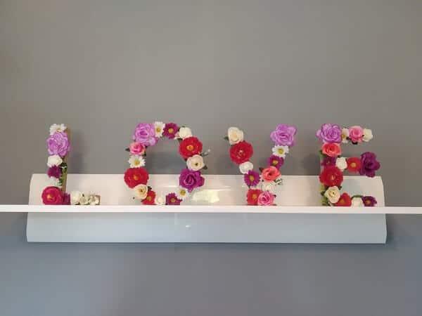 Napis LOVE z kwiatów